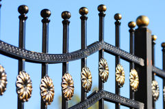 Schöner bearbeiteter Zaun Bild eines dekorativen Roheisenzauns Teil eines Metallgitterzauns Stockfoto