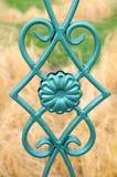 Schöner bearbeiteter Zaun Bild eines dekorativen Roheisenzauns Teil eines Metallgitterzauns schöner Zaun mit künstlerischem Schmi Lizenzfreies Stockfoto
