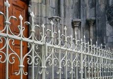 Schöner bearbeiteter Zaun Metallzaun-Abschluss oben Metall schmiedete Zaun schöner Zaun mit künstlerischem Schmieden Stockfoto