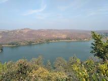 Schöner Berg über Fluss Lizenzfreie Stockfotografie