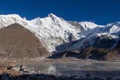 Schöner Berg Cho Oyu und grauer Morainesee Lizenzfreie Stockfotografie