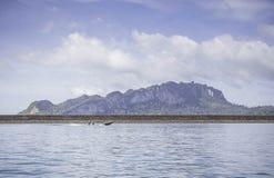 Schöner Berg mit blauem Himmel an chiewlarn Verdammung Stockbilder
