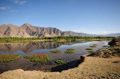 Schöner Berg und Fluss lizenzfreie stockfotos