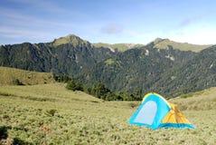 Schöner Berg und Zelt Stockfotos