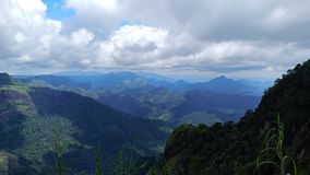Schöner Berg unter dem Himmel stockbilder