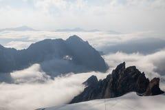 Schöner Bergblick vom Gipfel über den Wolken Stockfoto