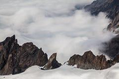 Schöner Bergblick vom Gipfel über den Wolken Lizenzfreie Stockfotos