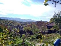Schöner Bergblick von einem Hausyard lizenzfreie stockfotos