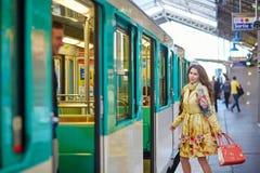 Schöner Betrieb der jungen Frau, zum eines Zugs zu erreichen Stockfotografie