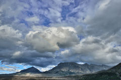 Schöner bewölkter blauer Himmel über Bergen Lizenzfreie Stockfotos