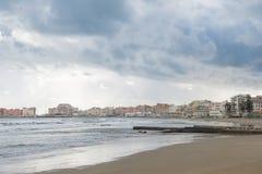 schöner bewölkter Himmel über Mittelmeerküstenlinie, Anzio, Italien Lizenzfreie Stockbilder