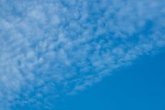 Schöner bewölkter Hintergrund des blauen Himmels Lizenzfreies Stockfoto