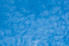 Schöner bewölkter Hintergrund des blauen Himmels Stockfotos