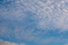 Schöner bewölkter Hintergrund des blauen Himmels lizenzfreie stockfotografie