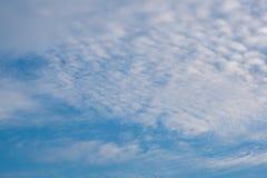 Schöner bewölkter Hintergrund des blauen Himmels Stockfotografie