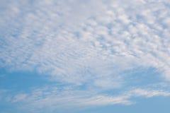 Schöner bewölkter Hintergrund des blauen Himmels Stockbilder