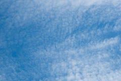 Schöner bewölkter Hintergrund des blauen Himmels Lizenzfreie Stockbilder
