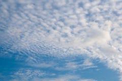 Schöner bewölkter Hintergrund des blauen Himmels stockbild