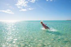 Schöner Bikinifrauenspaß im tropischen Ozean Lizenzfreie Stockbilder