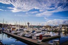 Schöner blauer Himmel über dem Puerto- Vallartajachthafen stockfoto