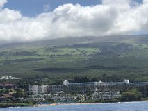 Schöner blauer Himmel, Berg und Meer in Maui! stockfotografie