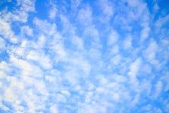 Schöner blauer Himmel im Sommer Lizenzfreies Stockbild