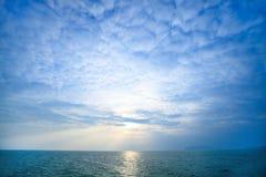 Schöner blauer Himmel im Sommer am Morgen Stockfotos