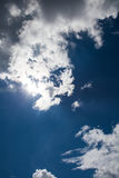 Schöner blauer Himmel mit bewölktem Feld des grünen Grases gegen einen blauen Himmel mit wispy weißen Wolken Draußen auf s Lizenzfreies Stockfoto