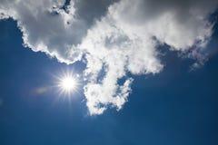 Schöner blauer Himmel mit bewölktem Feld des grünen Grases gegen einen blauen Himmel mit wispy weißen Wolken Draußen auf s Stockfotografie