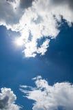 Schöner blauer Himmel mit bewölktem Feld des grünen Grases gegen einen blauen Himmel mit wispy weißen Wolken Draußen auf s Lizenzfreie Stockbilder