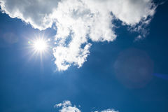 Schöner blauer Himmel mit bewölktem Feld des grünen Grases gegen einen blauen Himmel mit wispy weißen Wolken Draußen auf s Lizenzfreie Stockfotografie