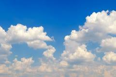 Schöner blauer Himmel mit den flaumigen, gelockten weißen Wolken Kopieren Sie Platz Lizenzfreie Stockfotos