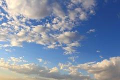 Schöner blauer Himmel mit den grauen, weißen Wolken Stockfotografie