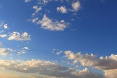 Schöner blauer Himmel mit den grauen, weißen Wolken Stockbild
