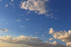 Schöner blauer Himmel mit den grauen, weißen Wolken Stockfotos