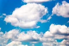 Schöner blauer Himmel mit großen Wolken lizenzfreie stockbilder