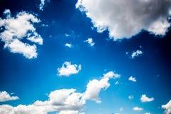 Schöner blauer Himmel mit großen Wolken lizenzfreie stockfotos