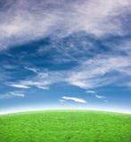Schöner blauer Himmel mit Hintergrund des grünen Hügels Stockbilder