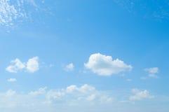 Schöner blauer Himmel mit Wolken Stockfotos