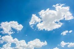 Schöner blauer Himmel mit Wolken entziehen Sie Hintergrund Lizenzfreie Stockbilder