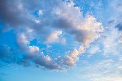 Schöner blauer Himmel mit Wolken in Form des Herzens Abstraktes b Lizenzfreie Stockfotografie