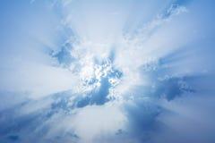 Schöner blauer Himmel mit Wolken und Strahlen der Sonne Abstraktes backgro Lizenzfreie Stockbilder