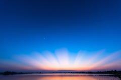 Schöner blauer Himmel nach dem Sonnenuntergang Stockfotografie