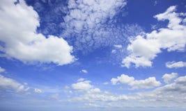 Schöner blauer Himmel und weiße Wolken mit Weitwinkelkameraobjektiv Stockfotos