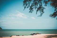 Schöner blauer Himmel und Wolke über dem Meer Ruhenatur backg lizenzfreie stockfotos
