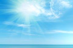 Schöner blauer karibischer Himmel und Sonne Stockfotos