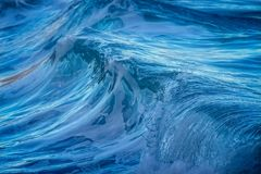 Schöner blauer Meereswoge in Costa Brava Küsten in Spanien stockfoto