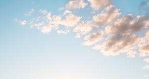 Schöner blauer Natur-Hintergrund-Himmel mit Wolken Stockfoto