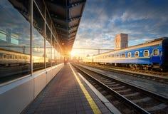 Schöner blauer Personenzug am Bahnhof Stockbild