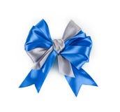 Schöner blauer Satingeschenkbogen Stockfoto